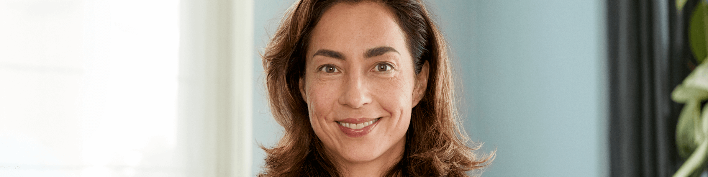 Vrouw van middelbare leeftijd met vergeetachtigheid tijdens de overgang